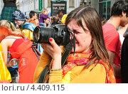 Купить «Девушка фотограф на параде мыльных пузырей Dreamflash», эксклюзивное фото № 4409115, снято 22 апреля 2012 г. (c) Алёшина Оксана / Фотобанк Лори