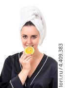 Купить «Девушка с банным полотенцем на голове держит в руке дольку лимона», фото № 4409383, снято 24 ноября 2012 г. (c) Алексей Сергеев / Фотобанк Лори
