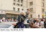 Купить «Девушка фотограф на параде мыльных пузырей Dreamflash», эксклюзивное фото № 4410379, снято 22 апреля 2012 г. (c) Алёшина Оксана / Фотобанк Лори