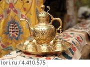Старинный медный кувшин на подносе с чашками. Стоковое фото, фотограф Сергей Аряев / Фотобанк Лори