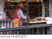 Женщина готовит печенье. Германия город Нюрнберг. (2008 год). Редакционное фото, фотограф Сергей Тюрин / Фотобанк Лори