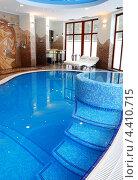 Купить «Переливной бассейн внутри дома», фото № 4410715, снято 27 января 2010 г. (c) Мирослава Безман / Фотобанк Лори
