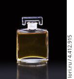 Флакон с парфюмом на черном фоне (2013 год). Редакционное фото, фотограф Andrey Politov / Фотобанк Лори