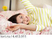 Улыбающаяся девушка на постели. Стоковое фото, фотограф Monkey Business Images / Фотобанк Лори