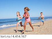 Купить «Дети бегут по песку у моря», фото № 4414167, снято 15 июля 2012 г. (c) Monkey Business Images / Фотобанк Лори
