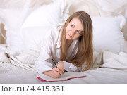 Девушка ведет личный дневник. Стоковое фото, фотограф Дегтярева Виктория / Фотобанк Лори