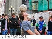 """Купить «Жонглёры с футбольным мячом на параде мыльных пузырей """"Dreamflash""""», эксклюзивное фото № 4415559, снято 22 апреля 2012 г. (c) Алёшина Оксана / Фотобанк Лори"""