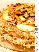 Купить «Русская кухня - блинный торт с яблоками», фото № 4415687, снято 24 февраля 2012 г. (c) ElenArt / Фотобанк Лори