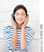 Купить «Счастливая девушка слушает музыку в наушниках», фото № 4416743, снято 31 марта 2012 г. (c) Syda Productions / Фотобанк Лори