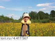 Маленькая девочка в панамке на летнем цветущем лугу. Стоковое фото, фотограф Елена Фомичева / Фотобанк Лори