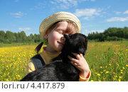 Маленька девочка в панамке держит в руках черного кота. Стоковое фото, фотограф Елена Фомичева / Фотобанк Лори