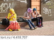 Купить «Девушки в разноцветных париках», эксклюзивное фото № 4418707, снято 22 апреля 2012 г. (c) Алёшина Оксана / Фотобанк Лори