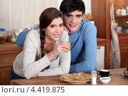 Купить «Молодая пара на кухне», фото № 4419875, снято 11 февраля 2011 г. (c) Phovoir Images / Фотобанк Лори
