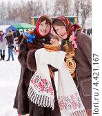 Купить «Девушки с блинами на Масленицу», фото № 4421167, снято 6 марта 2011 г. (c) Яков Филимонов / Фотобанк Лори