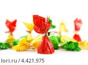 Шоколадные конфеты в разноцветных обертках на белом фоне. Стоковое фото, фотограф Standard Primitive / Фотобанк Лори