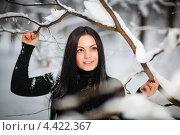 Брюнетка в черной одежде гуляет среди снежных деревьев. Стоковое фото, фотограф Алексей Калашников / Фотобанк Лори