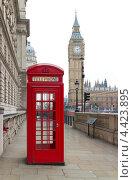 Купить «Вид на Биг Бен и классическая красная телефонная будка в Лондоне», фото № 4423895, снято 6 марта 2013 г. (c) Антон Балаж / Фотобанк Лори