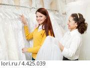 Купить «Зрелая женщина с невестой в свадебном магазине», фото № 4425039, снято 19 декабря 2012 г. (c) Яков Филимонов / Фотобанк Лори