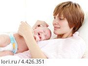 Купить «Счастливая мама с грудным ребенком в роддоме», фото № 4426351, снято 29 марта 2009 г. (c) Wavebreak Media / Фотобанк Лори
