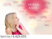 Молодая удивленная девушка на распродаже. Скидки. Стоковое фото, фотограф Наталия Преображенская / Фотобанк Лори