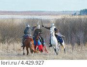 Историческая реконструкция, средневековые всадники сражаются на мечах (2012 год). Редакционное фото, фотограф Raulin / Фотобанк Лори