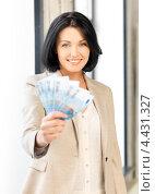Купить «Привлекательная деловая женщина с деньгами евро в руках», фото № 4431327, снято 7 апреля 2012 г. (c) Syda Productions / Фотобанк Лори