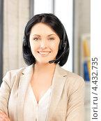 Купить «Красивая сотрудница технической поддержки с гарнитурой отвечает на телефонный звонок», фото № 4432735, снято 7 апреля 2012 г. (c) Syda Productions / Фотобанк Лори