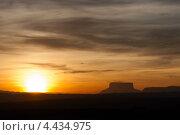 Силуэт столовой горы (тепуй) на закате (2010 год). Стоковое фото, фотограф Dmitry Burlakov / Фотобанк Лори