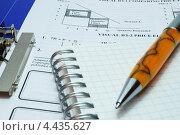 Записная книжка и шариковая ручка на документах. Стоковое фото, фотограф Алексей C. / Фотобанк Лори