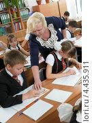 Купить «Учитель ведет урок математики в начальной школе», фото № 4435911, снято 21 марта 2013 г. (c) Федор Королевский / Фотобанк Лори