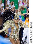 Танцовщица самбы в костюме на карнавале в «Самбодроме» в Рио-де-Жанейро 11 февраля 2013 года, Бразилия. Редакционное фото, фотограф Михаил Мандрыгин / Фотобанк Лори