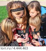 Купить «Девушки рассматривают смартфон», эксклюзивное фото № 4444463, снято 1 сентября 2012 г. (c) Алёшина Оксана / Фотобанк Лори