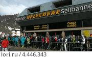 Горнолыжники стоят в очередь на подъёмник Бельведер в Канацеях. Доломитовые Альпы, Валь ди Фасса. Италия (2012 год). Редакционное видео, видеограф Михаил Марков / Фотобанк Лори