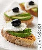 Купить «Брускетта с авокадо, сыром бри и маслинами», фото № 4450851, снято 16 января 2019 г. (c) Food And Drink Photos / Фотобанк Лори