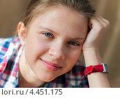 Купить «Портрет улыбающейся девочки-подростка на тёмном фоне», эксклюзивное фото № 4451175, снято 26 марта 2013 г. (c) Игорь Низов / Фотобанк Лори