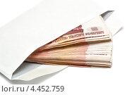 Пятитысячные купюры в конверте на белом фоне. Стоковое фото, фотограф Максим Тимофеев / Фотобанк Лори