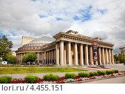 Купить «Новосибирский государственный академический театр оперы и балета (НГАТОиБ)», фото № 4455151, снято 25 июля 2011 г. (c) Наталья Волкова / Фотобанк Лори