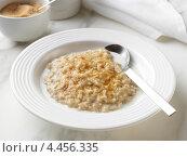 Купить «Овсяная каша в белой тарелке посыпанная коричневым сахаром», фото № 4456335, снято 22 апреля 2019 г. (c) Food And Drink Photos / Фотобанк Лори
