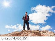 Мужчина стоит на краю скалы (вид снизу) Стоковое фото, фотограф Dmitry Burlakov / Фотобанк Лори