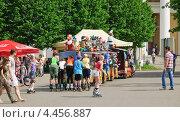 Купить «Дети на роликах прицепились к прогулочному паровозику», эксклюзивное фото № 4456887, снято 20 мая 2012 г. (c) Алёшина Оксана / Фотобанк Лори