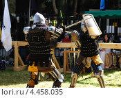 Купить «Битва двух средневековых рыцарей в ходе исторического фестиваля», фото № 4458035, снято 29 марта 2013 г. (c) Шутов Игорь / Фотобанк Лори