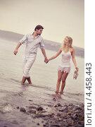 Молодая пара на берегу моря идут по воде. Стоковое фото, фотограф Елена Ефимова / Фотобанк Лори