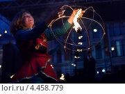 Купить «Девушка со сферой выступает в фаер-шоу», фото № 4458779, снято 17 марта 2013 г. (c) Victoria Demidova / Фотобанк Лори
