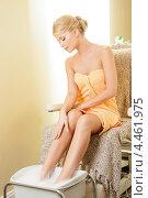 Купить «Красивая девушка принимает ванночку для ног на сеансе педикюра в салоне красоты», фото № 4461975, снято 9 июня 2012 г. (c) Syda Productions / Фотобанк Лори