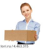Купить «Молодая женщина с коричневой коробкой в руках на белом фоне», фото № 4463315, снято 10 апреля 2012 г. (c) Syda Productions / Фотобанк Лори