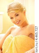 Красивая девушка в желтом полотенце в СПА-салоне красоты. Стоковое фото, фотограф Syda Productions / Фотобанк Лори