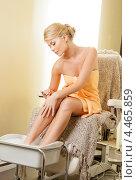 Купить «Очаровательная девушка принимает ванночку для ног во время педикюра в салоне красоты», фото № 4465859, снято 9 июня 2012 г. (c) Syda Productions / Фотобанк Лори