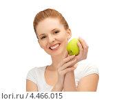 Купить «Красивая молодая женщина держит в руке зеленое спелое яблоко», фото № 4466015, снято 10 апреля 2012 г. (c) Syda Productions / Фотобанк Лори