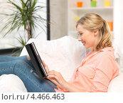 Купить «Привлекательная молодая женщина с планшетным компьютером в руках дома», фото № 4466463, снято 17 июня 2012 г. (c) Syda Productions / Фотобанк Лори