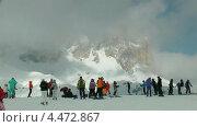 Горнолыжники готовятся  к спуску в долину. Горы Сассолунго, Доломитовые Альпы, Италия (2013 год). Стоковое видео, видеограф Михаил Марков / Фотобанк Лори